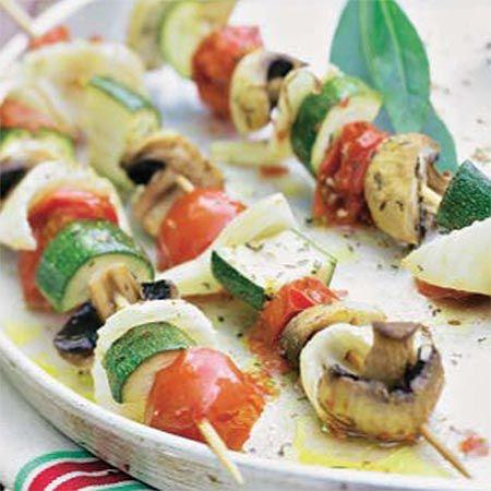Brocheta de Verduras  Ingredientes: -1 calabacín  -150 g de tomates cherry  -100 g de champiñones  -1 cebolla  -1 c.s. de orégano seco  -Aceite de oliva  -Sal  -Pimienta  -Unas brochetas de madera sumergidas 15 min en agua fría.   Preparación: Precalentar el horno a 180º.  Cortar el calabacín por la mitad a lo largo y luego en medias rodajas.  Cortar los tomatitos y los champiñones.  Cortar la cebolla en láminas y luego por la mitad. Ensartar  y sazonar las verduras