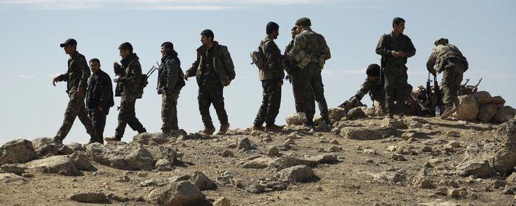 """C'est une offensive militaire mais aussi un symbole. L'opération """"Colère de l'Euphrate"""" visant à reprendre à l'Etat islamique la """"capitale"""" de son califat autoproclamé a débuté samedi 5 au soir, ont annoncé ce dimanche 6 les forces coalisées. Des troupes rassemblant des soldats kurdes, turkmènes ou rebelles syriens, soutenus par les Etats-Unis, ont lancé les premières opérations d'une bataille qui s'annonce longue et qu'ils espèrent décisive."""