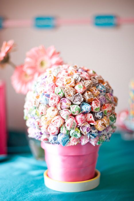 A lollipop centerpiece on a kids table can double up as a sweet favor. Source: The Sweetest Occasion. #kids #centerpiece