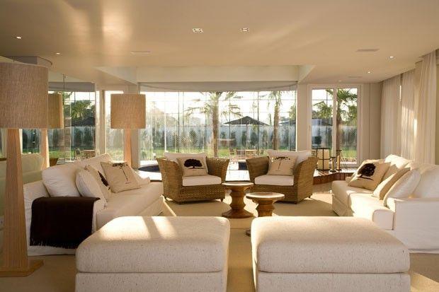 Mansão de 2 mil m² tem salão de festas, academia, spa e até cinema