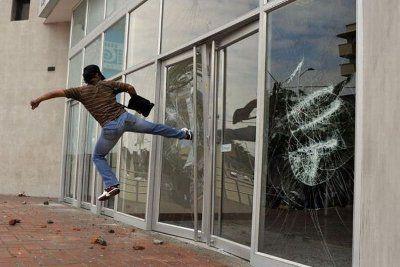 """Противоударные Окна со стеклом Триплекс⚡  Название """"триплекс"""" означает три составляющих: два стекла по 4 мм, между   ними проложен еще один слой — прозрачная защитная пленка. Требуется приложить больше усилий,🔨 чтобы разбить такое окно. Но если это и произойдет, то не будет острых осколков,💥 разлетающихся в разные стороны. ⛔Пленка удержит разбитые кусочки стекла на месте. Заказать пластиковые окна с триплексом или защитной пленкой  в г.Боровичи можно в нашем офисе! ✔Наш адрес: г. Боровичи…"""