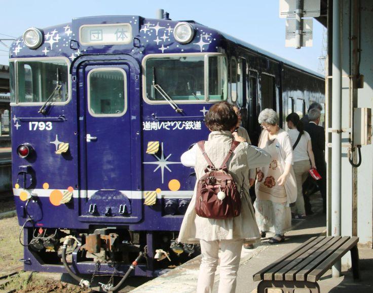 Tourists board the Nagamare Kaikyo sightseeing train at JR Hakodate Station in Hokkaido last May. | KYODO
