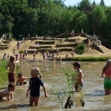 Provinciaal Domein de Averegten - Heist-op-den-Berg, Provincie Antwerpen. Natuurgebied met verschillende wandelpaden (pdf te downloaden op de site), een boerderij, speelbos, café met speeltuin en sportbos. Leuk voor de kinderen die vuil mogen worden.