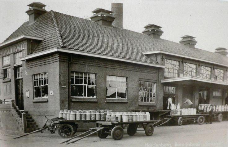 Zuivelfabriek Salland waar alle melkbussen uit de omgeving in 1947 heen werden gebracht  met paard en wagen