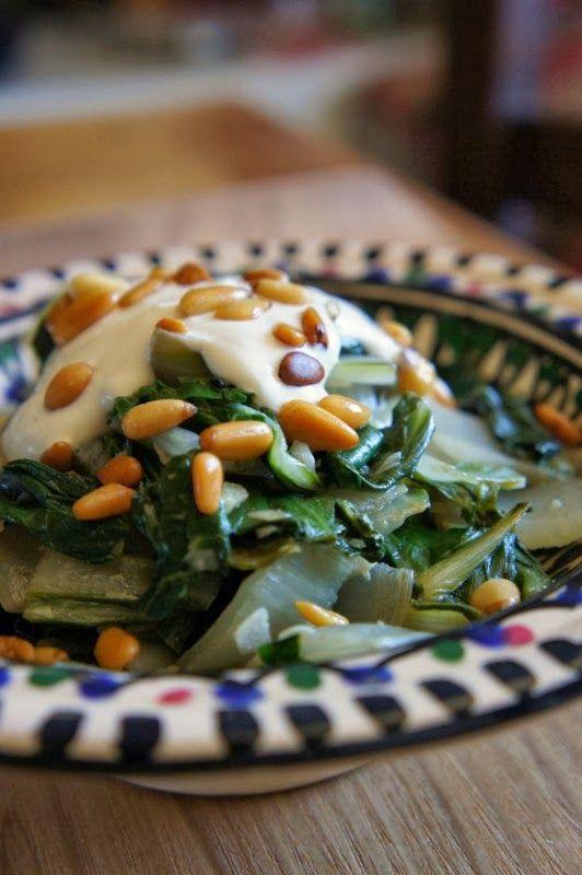 Gourmandises et Merveilles: Blettes au tahini, au yaourt et aux pignons grillés de Yotam Ottolenghi