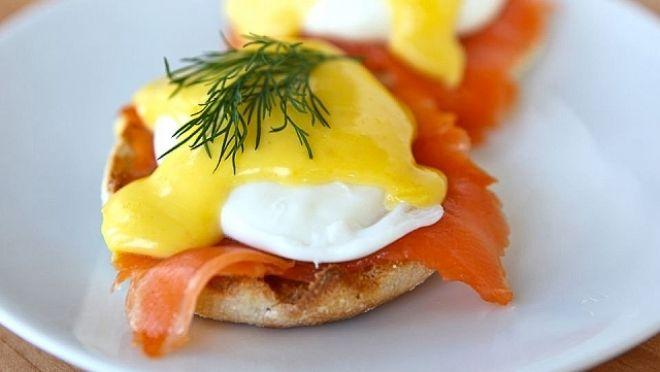 Vejce Benedikt – jaká snídaňová slast! Dopřát si ji ale většinou můžeme jen o víkendu, když máme čas. Holandská omáčka i ztracené vejce vyžadují desítky minut navíc. Co když vám ale odteď nebudou vejce Benedikt trvat půl, ale čtvrt hodiny?