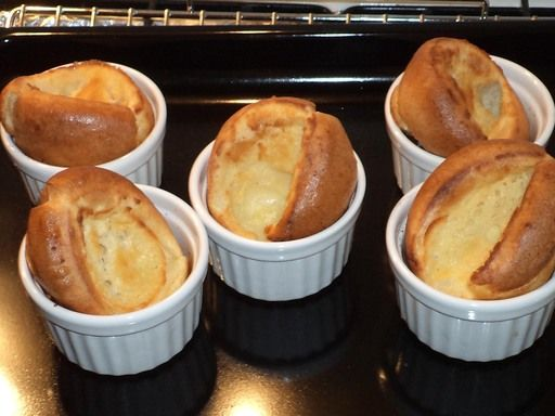 Yorkshire pudding ! (une base légère pour toutes les envies : on peut y rajouter simplement un arôme comme du viandox ou du maggi mais on peut aussi y mélanger lardons, dés de saumon, dés de jambon, de fromage, etc etc)
