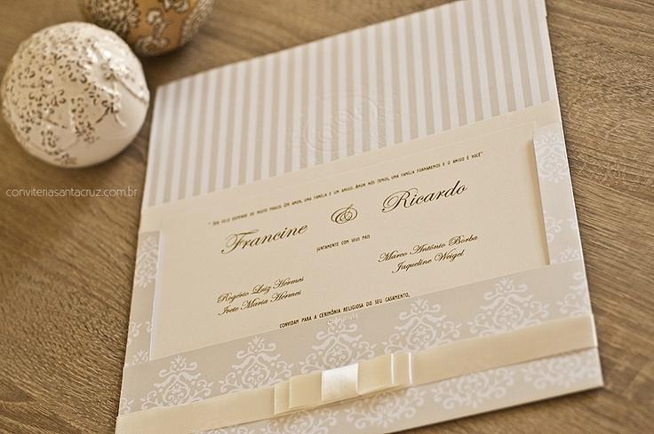 Convite com padrão vintage, forro com listras perolizadas e acabamento em fita de cetim.