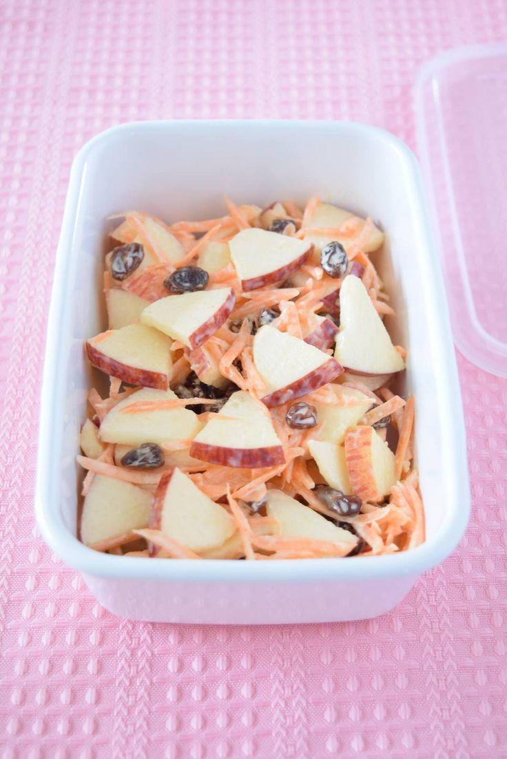 りんごの季節になると食べたくなるサラダのひとつです。りんごの酸味とレーズンの甘味がマヨネーズと混ざりあって、なんとも言えない風味を生み出すんですよね。おやつサラダ感覚なので、にんじん嫌いなお子さんでも食べれるかも!?