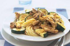 Kijk wat een lekker recept ik heb gevonden op Allerhande! Pasta met kip, courgette en champignons