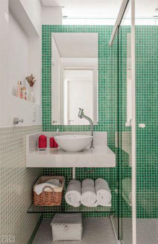 Um tom semelhante ao da sala deu conta do recado no banheiro compartilhado pelos filhos. O revestimento de pastilhas (Colortil) combina o turquesa CM51, usado no boxe e atrás da pia, com o branco, reservado à meia-parede de 1 m de altura. Pastilhas de vidro: nos tons turquesa CM51, rosado H15 e branco CM80, da Colortil. Mosaico & Cia., R$ 139 o m². Cubas de apoio: L155, com 35 cm de diâmetro, da Deca. C&C , R$ 181,50 cada.