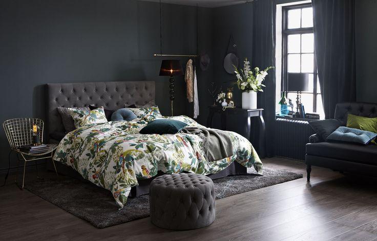 Som bäddat för drömsömn. Tropisk mönstermix och starka färger. Se upp för vajande bladverk och en och annan papegoja - en oemotståndlig säng att spendera helgen i. PARROT bäddset Percale SKENE Sänggavel djuphäftad grå sammet SKENE Sittpuff djuphäftafd grå sammet SAMMIE sammets gardin ULRICEHAMN Guld stol SOPHIA Golvlampa SJÖMARKEN Vas ANANAS Burk SMYCKA Smyckesträd POMEZIA Ryamatta