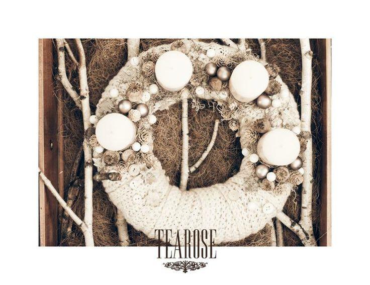 Fehér adventi koszorú kötött anyaggal, gombokkal és tobozokkal   white advent wreath with knitted textil, knobs and cones