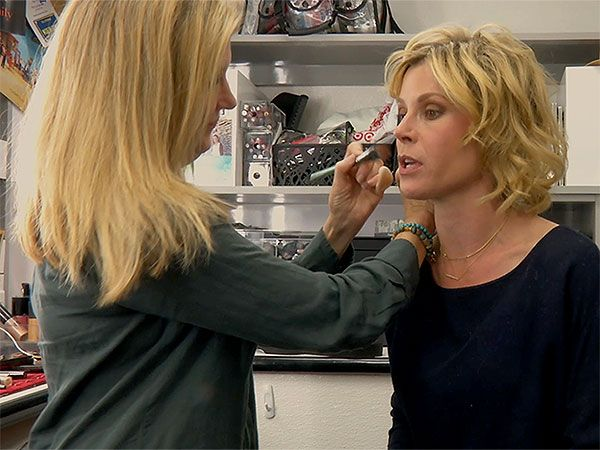 Emmy Nominee Julie Bowen Spills All About Her 'Claire Hair' on <em>Modern Family</em> http://stylenews.peoplestylewatch.com/2015/09/18/julie-bowen-gets-glam-on-modern-family-set/