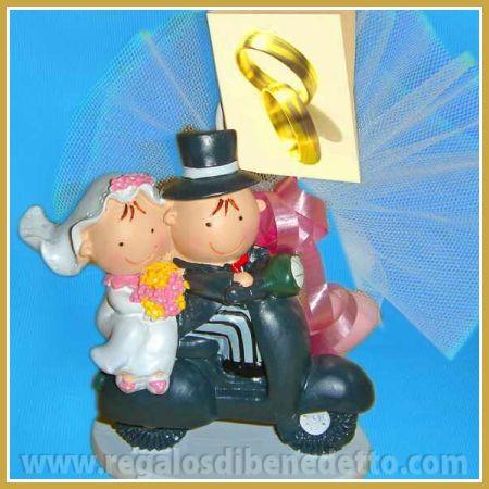 Portanotas novios Pit y Pita montados en una moto vespa. #Detalles #Bodas #Wedding #Details