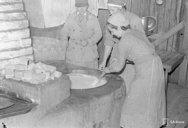 Lotat keittämässä saippuaa vuonna 1941 kun kaikesta oli pulaa.