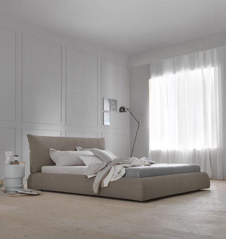 """Das Boxspringbett """"Pillow"""" macht seinem Namen alle Ehre. Das moderne Designerbett hat ein weich gepolstertes Kopfteil, das durch seine Form an ein aufgeschütteltes Kissen erinnert. Perfekt zum Anlehnen an lässig entspannten Sonntagen,..."""