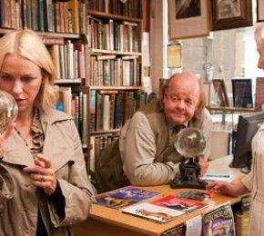 """""""Ich sehe den Mann Deiner Träume"""" - Kino-Tipp - Passend zu seinem 75. Geburtstag schenkt Regie-Legende Woody Allen sich und dem deutschen Publikum ein fesselndes Fegefeuer der Eitelkeiten."""