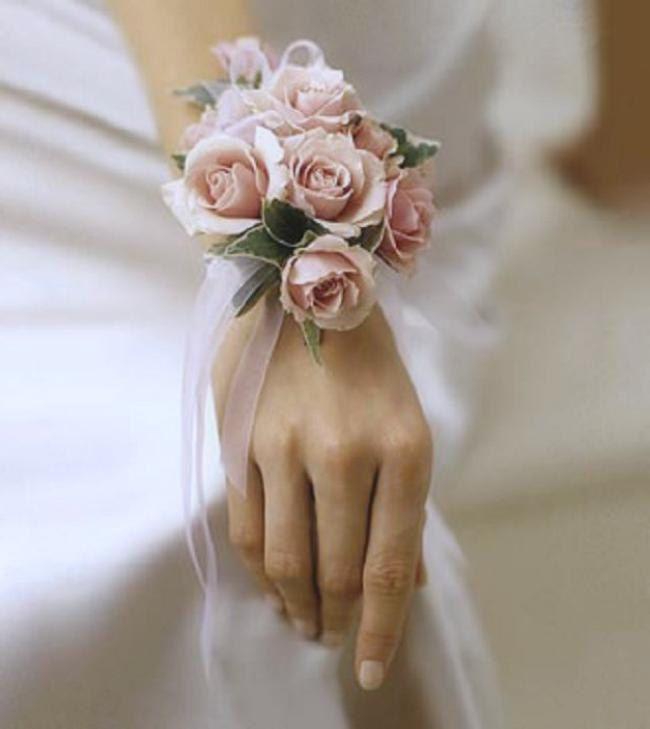 Blumen Armband für die Braut in zartem Rosé. Zu kaufen bei Etsy.