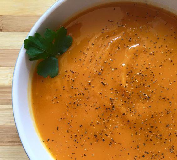 La vellutata di zucca e porri è un piatto caldo perfetto per le serate invernali, dove abbiamo più bisogno di cibi caldi e confortanti :)