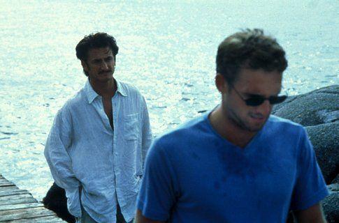 Still of Sean Penn and Josh Lucas in El peso del agua