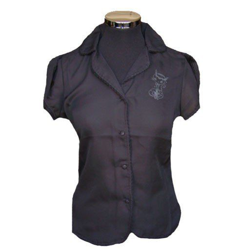 Blouse van fijne doorzichtige stof. Met printje aan de voorkant, zwarte knoopjes en open vallende mouwtjes.
