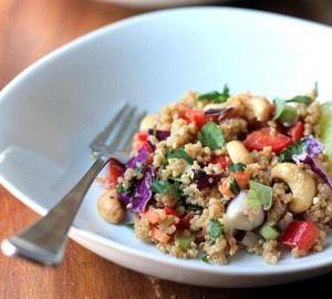 Met deze overheerlijke Thaise quinoa salade met cashewnoten en gember-amandel-dressing (veganistisch en glutenvrij) creëer je thuis een Oosterse sfeer.