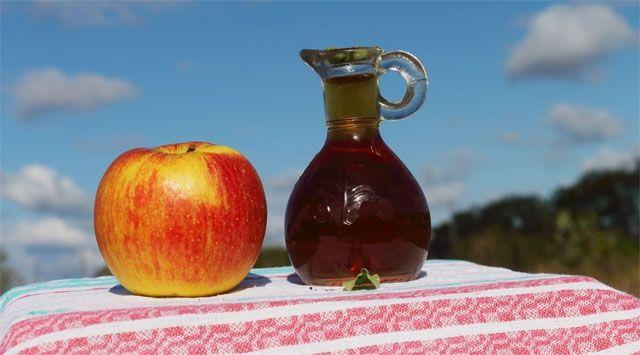 L'aceto di mele tonifica lo stomaco e ripulisce pelle, sangue e vie urinarie. Usalo per condire verdure e pietanze e bevilo diluito in acqua naturale