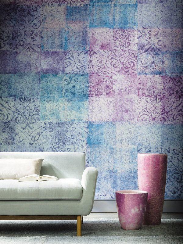 ¿SOLO PINTURA? Pintura vs. otros materiales Papeles pintados y tapicerías son los partenaires perfectos para la pintura. Marcan estilo, añaden texturas, crean contrastes... Plantéate nuevas posibilidades en las paredes como un degradé cromático, un efecto visual de profundidad con fotomurales... En esta pared, el glamour lo pone el panel Ghali de la colección Oxymore, de la firma Casamance, que combina violetas y azules.