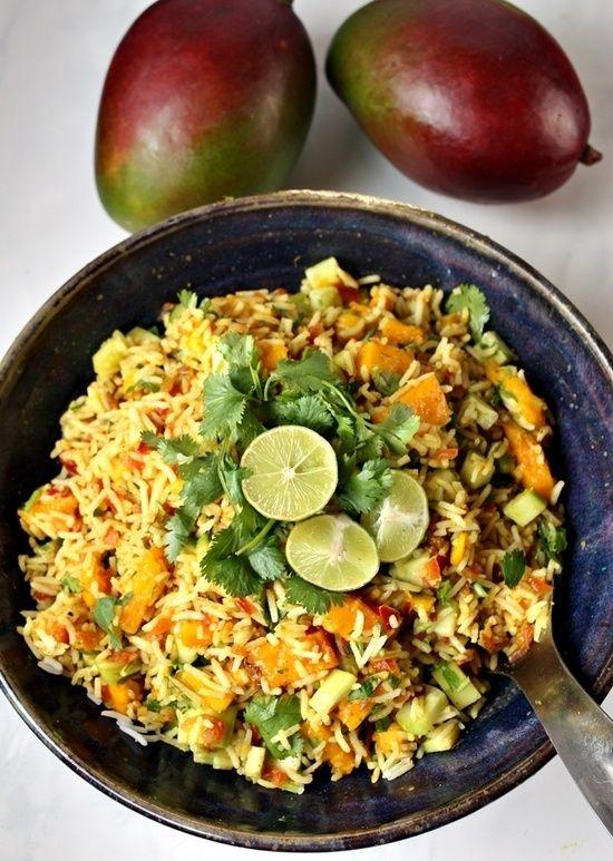 Ein herrlich sommerlicher, indisch gewürzter Reis Salat mit Mango, Gurken, Koriander und einem erfrischenden Limettendressing! Perfekt als Hauptgericht oder als Beilage für gegrillten Fisch oder Hühnchen!