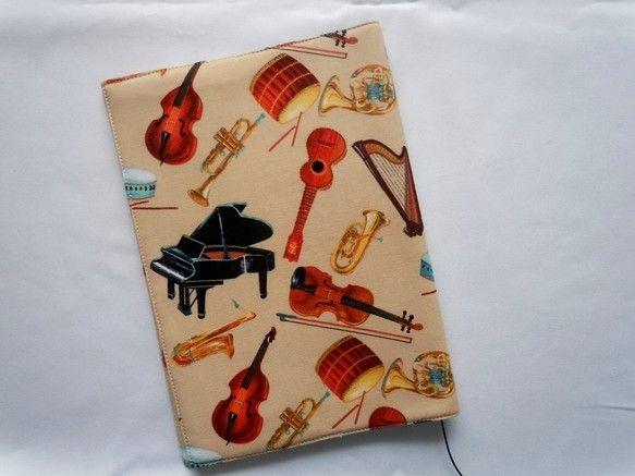 単行本サイズのブックカバーです。ピアノ、バイオリン、トランペットなど美しいタッチで描かれています。裏地は楽譜!大切な本をしっかりホールドする&手に感触良くなじ...|ハンドメイド、手作り、手仕事品の通販・販売・購入ならCreema。