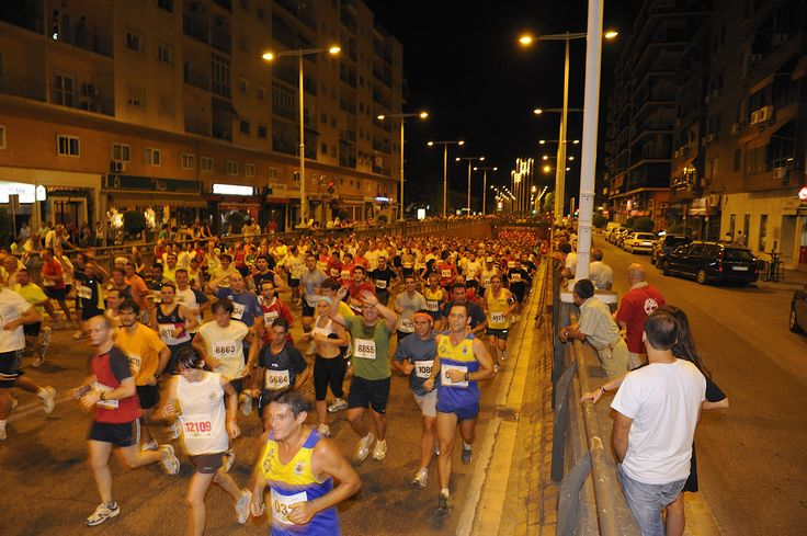 Un año más se celebra la carrera nocturna Sevilla. Este año es especial. Especial, porque se celebra las bodas de platas de dicha carrera popular, 25 años celebrándose la carrera. Más Info: http://www.voyacorrer.com/