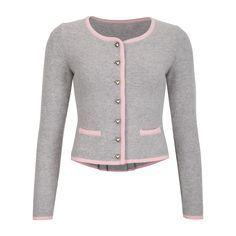 Schöne Trachtenstrickjacke aus 100% Merinowolle in hellgrau mit rosa abgesetzten Taschen. Der Kragen, die vordere Mitte und die Bündchen am Ärmel sind ebenfalls rosa eingefasst. Die silbernen Knöpfe in Herzform und das kleine Schößchen...