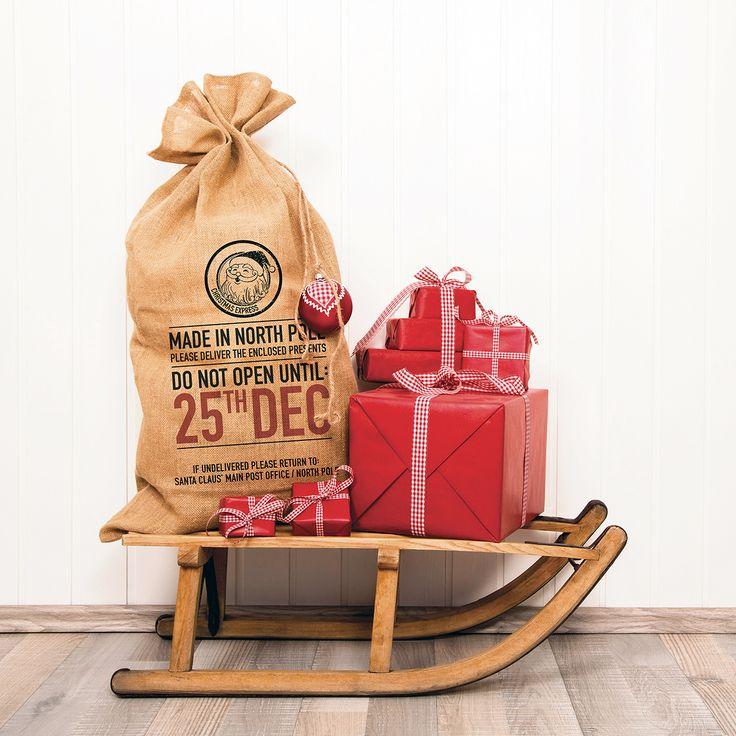 Es sin duda el saco favorito de Santa y es que, ¿conoces un lugar mejor dónde guardar todos sus regalos? Viene directo del Polo Norte, tiene el sello de autenticidad de Santa Claus y un aviso muy importante: no abrir hasta el día 25. Decora con este saco ese rincón mágico de tu hogar en el que cada 25 de diciembre se llena de regalos y felicidad y ¡vive la Navidad a Saco! Instrucciones de uso: 1- Llénalo de regalos
