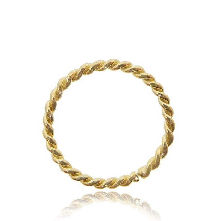 Anneau torsadé pour le cartilage, en or jaune 18 carats. Bijou très simple à poser. C-bo propose des piercing de qualité. #oreille #anneaupiercing