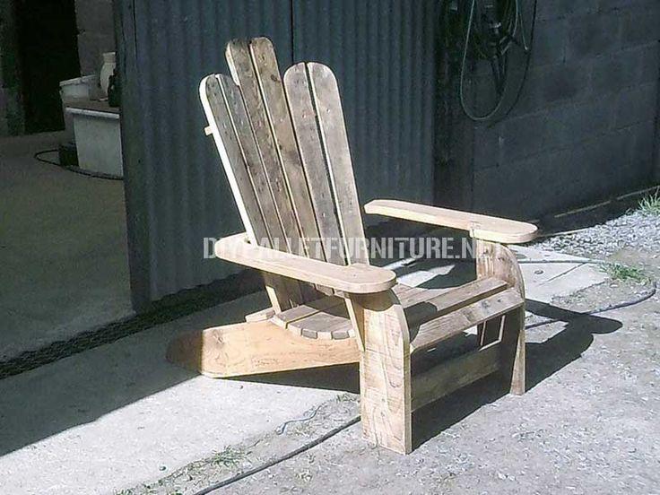 Chaise adirondack construite avec des planches de palettes for Chaise adirondack bois