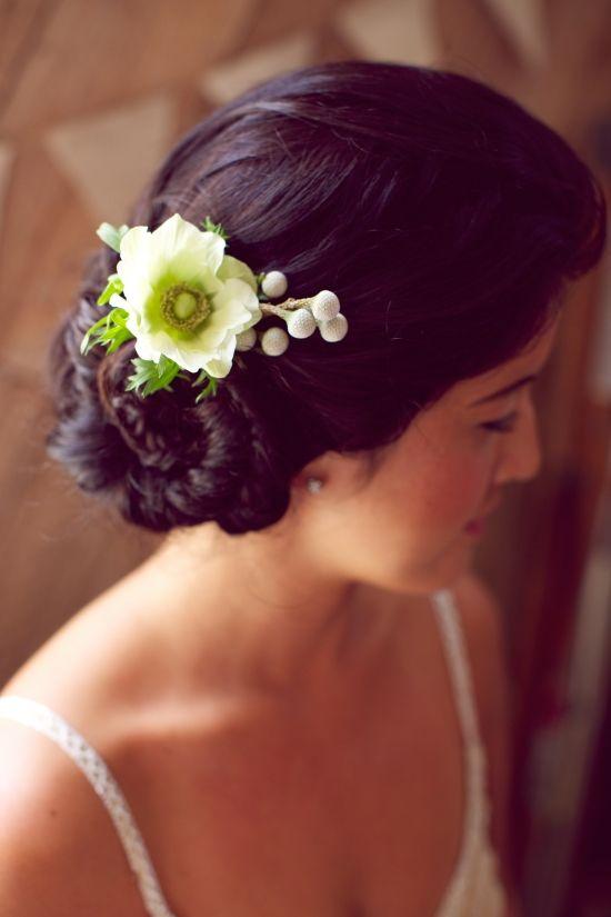 acconciatura sposa raccolta con fiore, acconciatura sposa delicata e chic. Guarda altre immagini di acconciature sposa: http://www.matrimonio.it/collezioni/acconciatura/2__cat