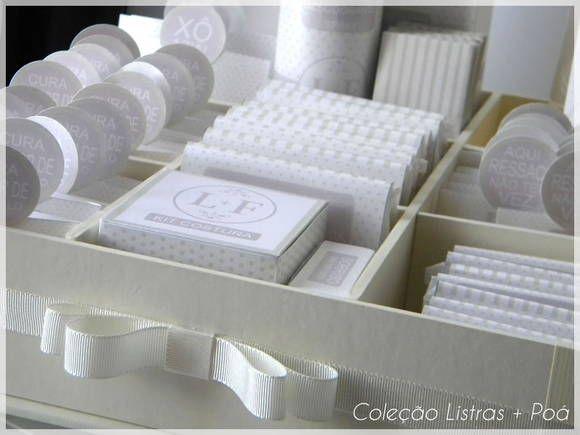 Kit toilet todo personalizado com nossa Estampa Listras + Poá. Todas as peça são feitas para você embalar os produtos separadamente em papel especial perolado. Confira todos os detalhes do nosso kit e perceba a diferença. As cores do kit podem ser alteradas e inserimos o seu monograma. * VALOR REFERENTE AS EMBALAGENS DE CADA KIT Não está incluso os produtos e bandejas Que embalagens vou receber? KIT FEMININO - 1 caixinha para fio dental - 10 envelopes para Engov - 10 envelopes para Dorflex…