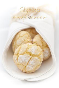 –Ghoriba al cocco – Molti di voi avranno già sentito parlare di questi deliziosi biscottini che fanno parte della cucina tradizionale marocchina. Sono caratterizzati da una sottile crosticina croccantina e l'ingrediente principale è lafarina di semola. Ovviamente ognunopuò dare libero sfogo alla fantasia e quindi aggiungere vari ingredienti all'impasto, tipo mandorle o noci, o ancora sesamo o cannella oppure del cocco, come ho fatto io. La ricetta l'ho trovata in rete su un sito…