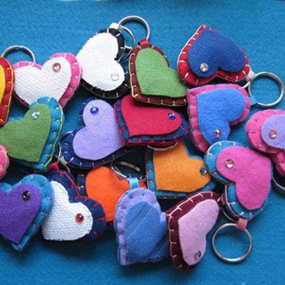 Portachiavi in feltro a forma di cuore realizzati a mano. Handmade heart felt key ring.