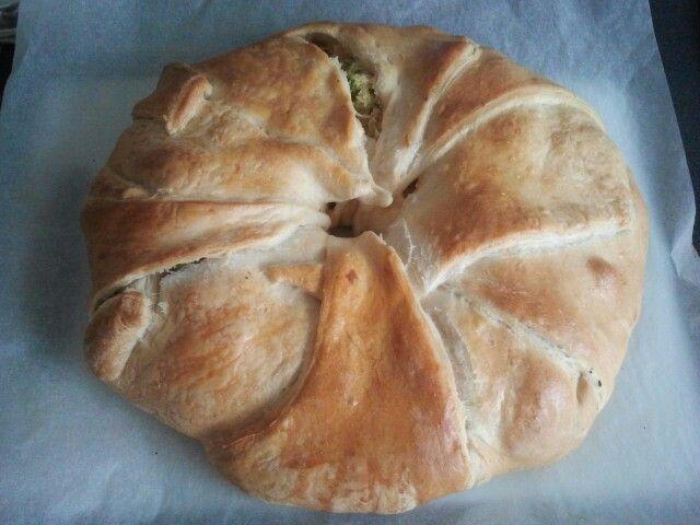 Chicken tandoori/broccoli ring Made with croissant dough, creme fraiche, tandoori mix, boiled chicken, broccoli, onions, and CHEDDAR. Jummie...