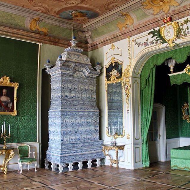 Восточное крыло центрального корпуса Рундальского дворца занимают личные покои жены обер-камергера, а после 1737 года — Курляндского герцога Эрнста Иоганна Бирона (на снимке - портрет слева) — маленькой горбуньи Бенигны фон Тротт-Трейдон (на снимке -портрет справа). В Северной же стороне — Спальня хозяина (запечатлена на снимке!) — в центре, над главным входом, как того требовала уже вышедшая (к моменту отделки апартаментов в 1760-х гг.) из моды европейская традиция. По той же традиции…