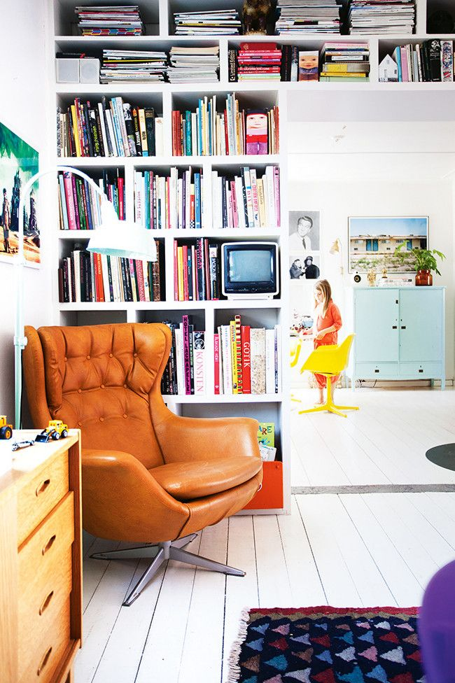 the reading corner wears happy colors (via Homelife / ph. Jenny Brandt, st. Kicki Wieslander / Virginia Jen)