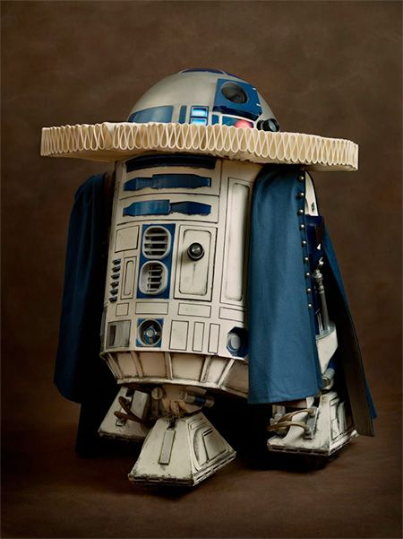 Renaissance R2-D2. Series of portraits features iconic Star Wars characters dressed in beautiful clothing from the Renaissance era. Renaissance Star Wars by French photographer Sacha Goldberger.