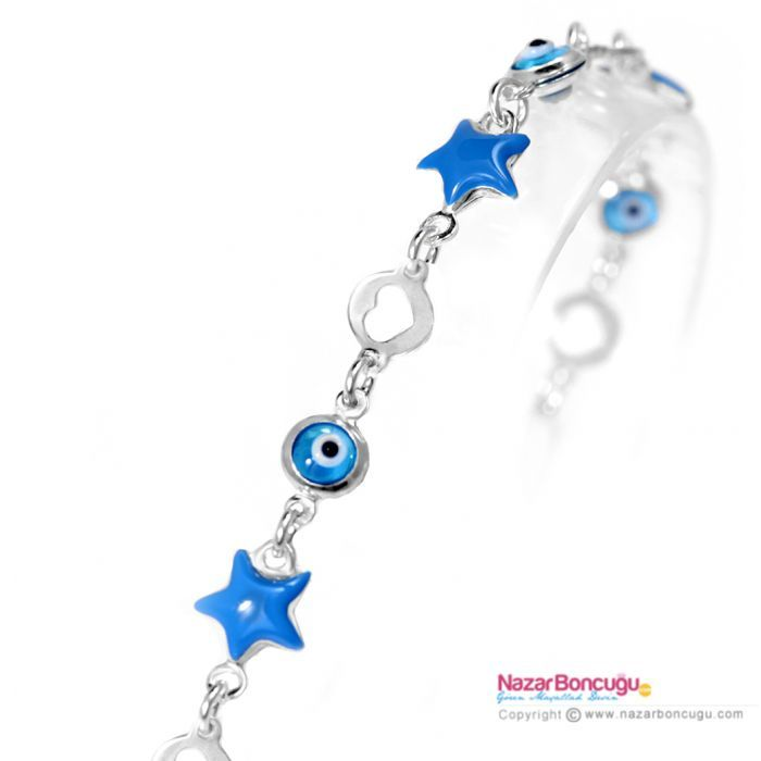 Mavi Yıldızlı Gümüş Çocuk Bileklik - Çocuğunuz mavi rengi seviyorsa bu bilekliğe bayılacak. 925 ayar gümüş üzerine, mineli mavi yıldızlar ve çift taraflı kullanılabilen kaliteli cam nazar boncukları ile güzelleşen şık bir bilezik. 5-14 yaş arası için uygundur. Nazar Boncuğu Resimleri