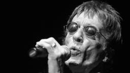 Popmusiker erliegt Krebsleiden  Bee-Gees-Sänger Robin #Gibb ist tot  Der Bee-Gees-Sänger Robin Gibb ist tot. Nach Angaben seiner Familie starb er nach einem langen Kampf gegen eine Krebserkrankung. Gibb litt an Rückenmarks- und Wirbelsäulenkrebs. Er wurde 62 Jahre alt.      Bee Gees-Sänger Robin Gibb stirbt mit 62 Jahren an Krebs  Vor rund 18 Monaten war bei dem Musiker ein Tumor im Darm festgestellt worden. Anfang des Jahres hatte es zunächst so ausgesehen, als habe Gibb die Krankheit…