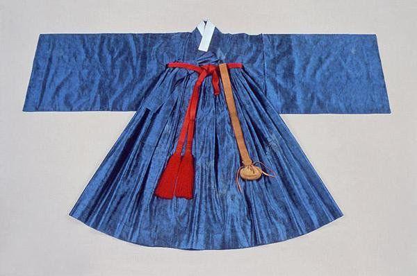 철릭은 첩리帖裡, 천익天翼 등으로 불렸으며, 16세기 중반까지는 관복인 단령 밑에 받쳐 입는 받침옷이었으나 중종 때 이후 융복戎服이 되어 상하를 막론하고 착용하는 일종의 군복이 되었습니다.