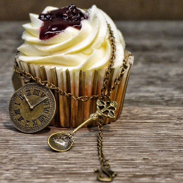 Η Αλίκη έφαγε το cupcake που είχε το όνομα της και διάλεξε ενα απο τα κολιέ που βρήκε στα ράφια του ποντικού με το γαλαζιο φιογκο!