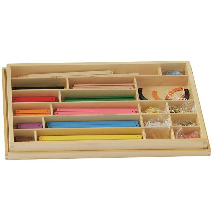 Caja de madera con set de piezas para la iniciación a las formas geométricas planas. La caja está dividida en compartimentos para tener todo el material perfectamente organizado. Incluye:  Tachuelas. Curvas de plástico. Elementos de fijación. Barras con código de color. 1 ángulo de medición de plástico.   Este material de la metodología Montessori es perfecto para practicar con los niños de una manera sensitiva el estudio de las líneas, la medición de ángulos... Así, asegura que el proceso…