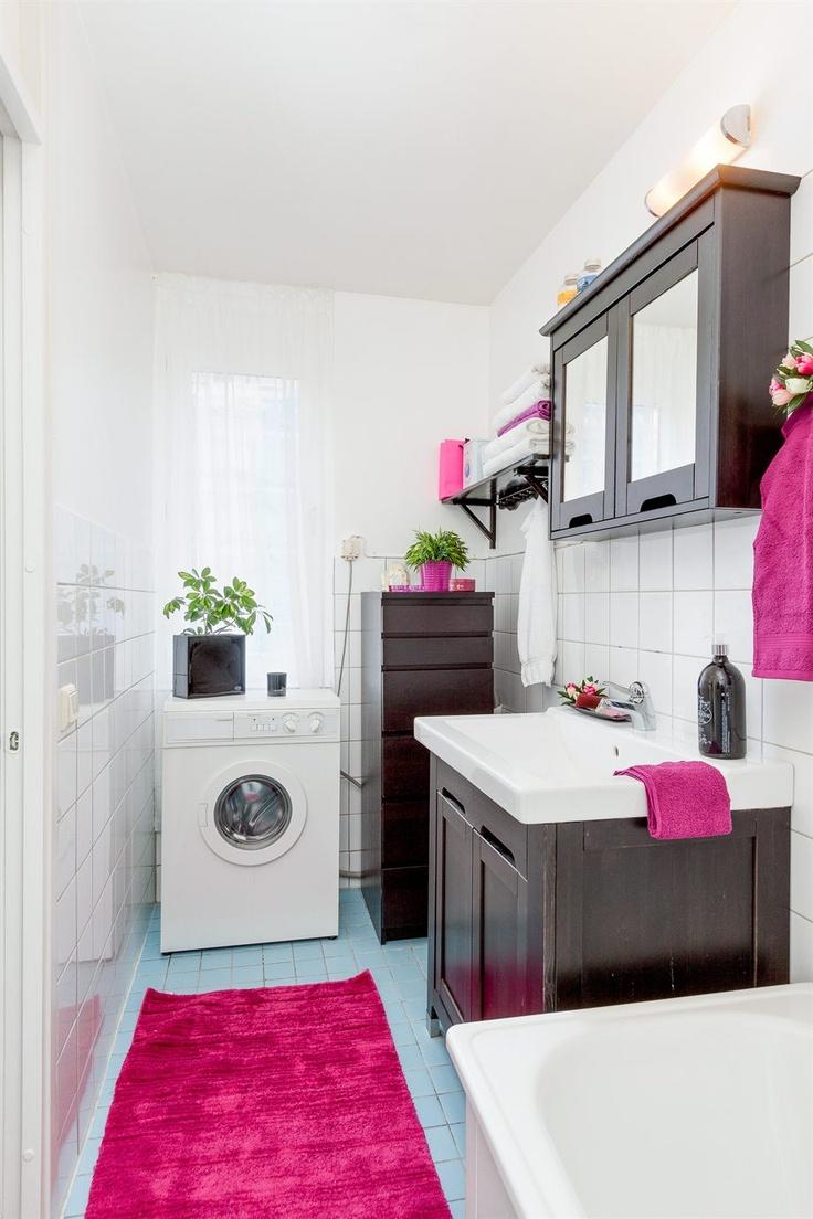 Badrum med badkar och tvättmaskin